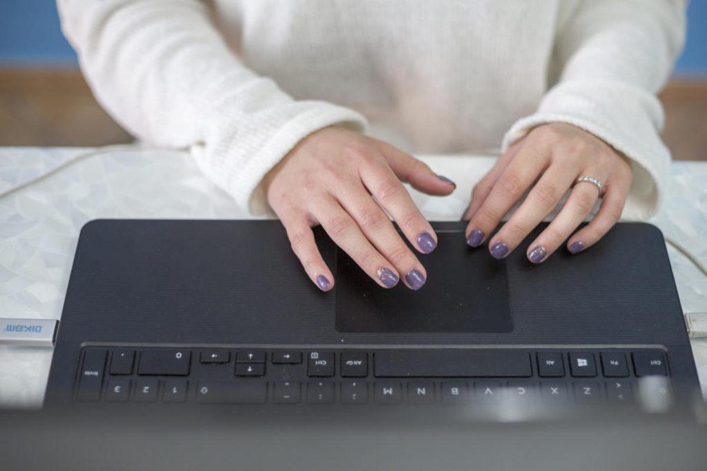 long form mani su laptop